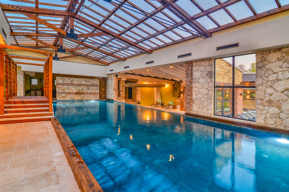 Spacious indoor thermal pool at ZOMA body & soul